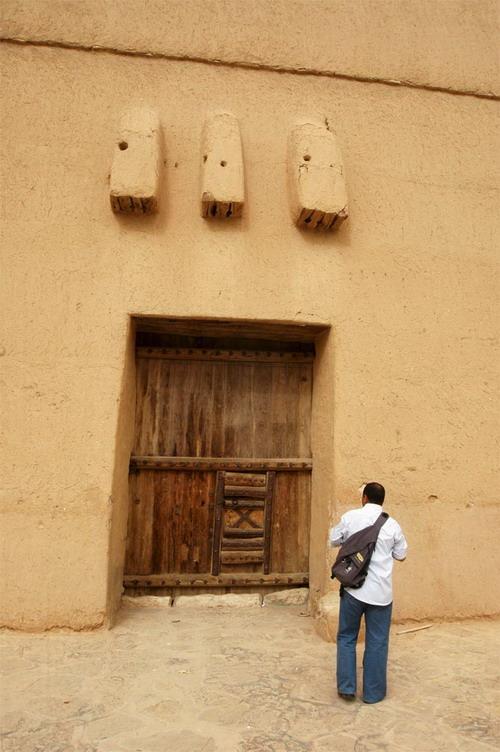 بوابة من بوابات قصر المصمك