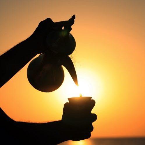 رجل يصب قهوة من الدلة في فنجان